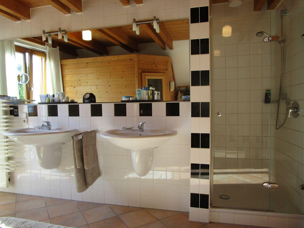 Bad-Dusche-Waschbecken-Sauna-im-Spiegel