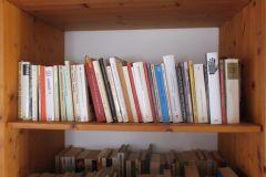 Bücherwand-im-Schlafzimmer
